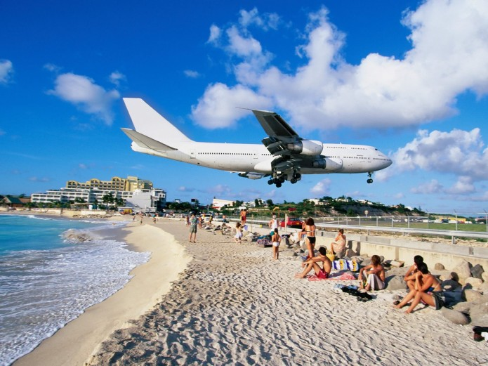 1airliner-landing-at-airport-maho-bay-saint-martin